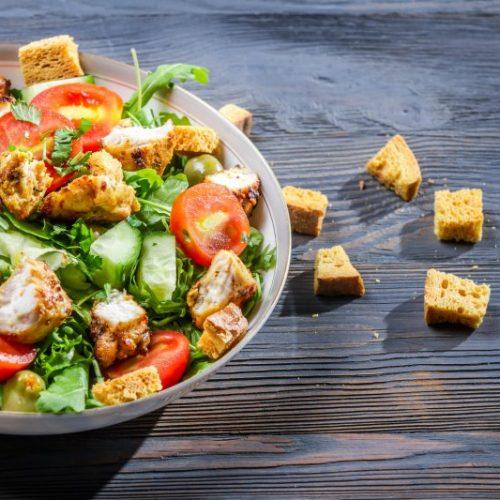 Caesar Salat mit Hähnchenbrust und Croutons